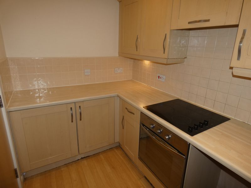 2 bed flat to rent in Warren Court 4