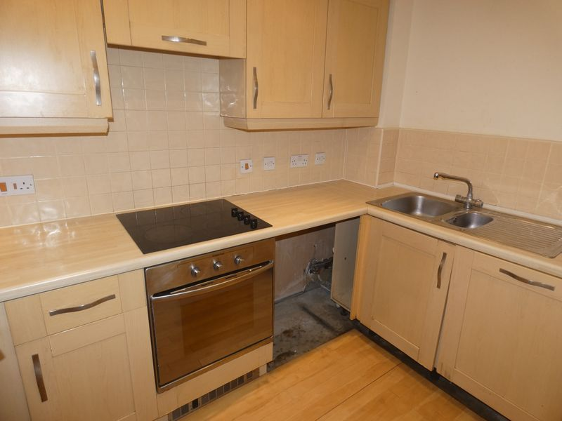 2 bed flat to rent in Warren Court 5