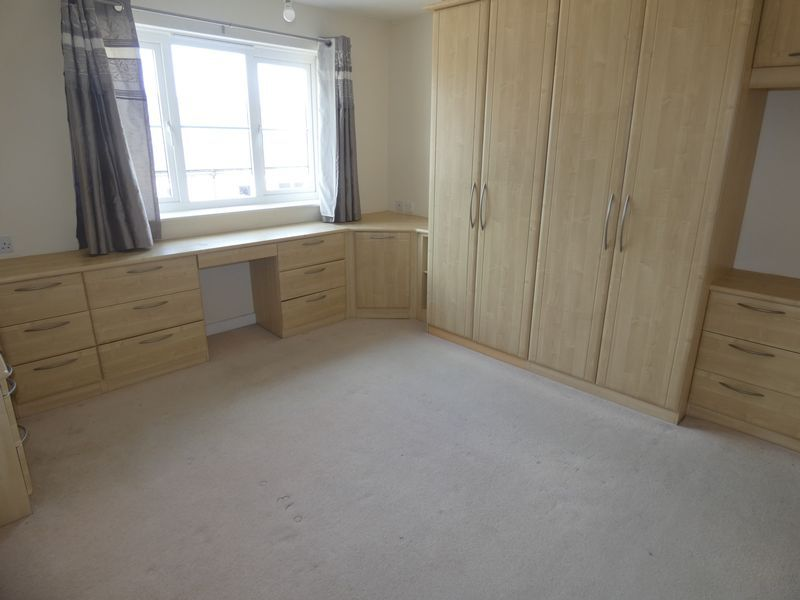 2 bed flat to rent in Warren Court 6