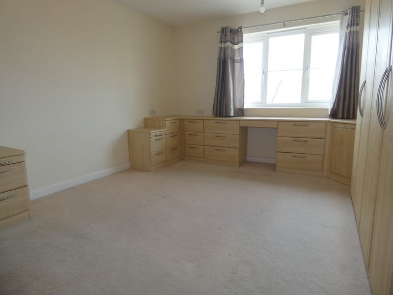 2 bed flat to rent in Warren Court 7