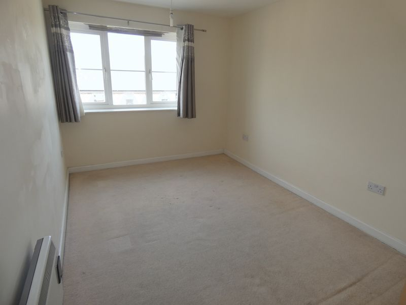 2 bed flat to rent in Warren Court 8